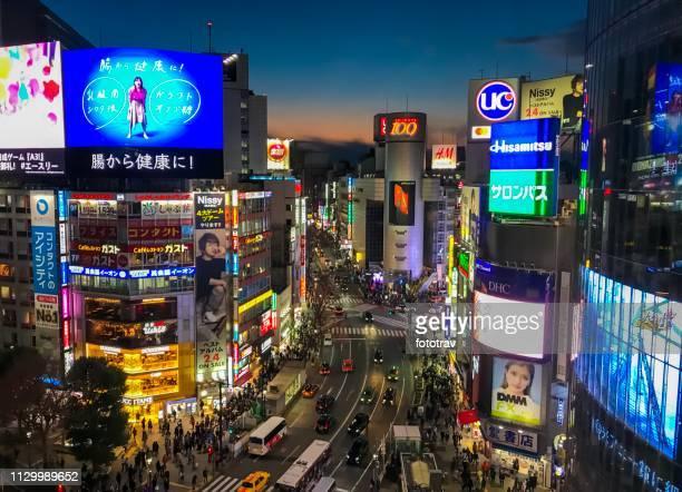tokyo, shibuya crossing at night - skyscraper film foto e immagini stock