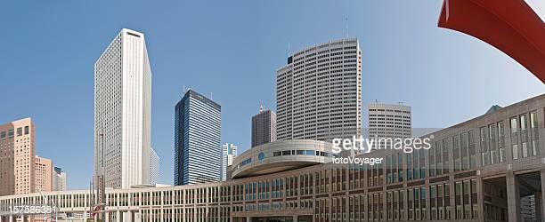 東京新宿輝く高層ビル、オフィスビルの街並みのパノラマのモダンな日本 - 東京都庁舎 ストックフォトと画像