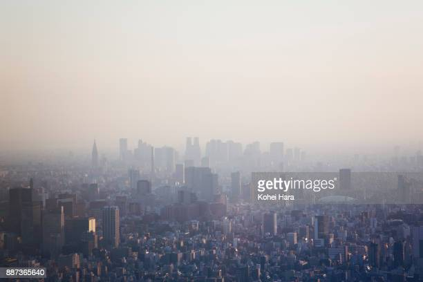 tokyo skyline at dusk - smog stock pictures, royalty-free photos & images