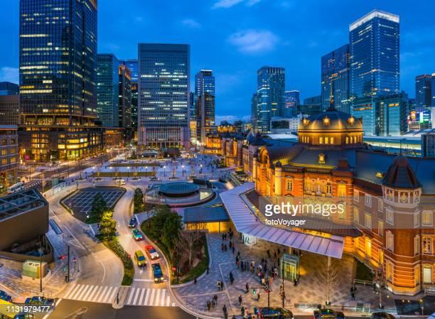 東京駅は夕暮れの日本で照らされる丸の内エントランスの高層ビル - 丸の内 ストックフォトと画像