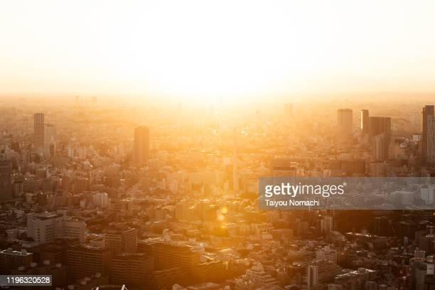 tokyo suburban landscape at sunset - 太陽フレア ストックフォトと画像