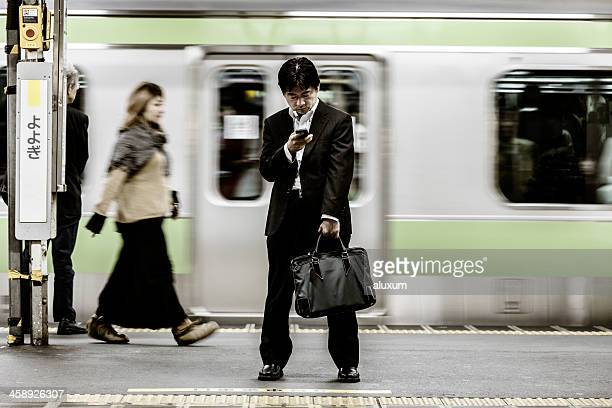 日本東京の地下鉄 - 鉄道のプラットホーム ストックフォトと画像