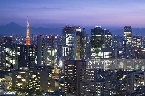tokyo tower and shiodome buildings - kanto region - fotografias e filmes do acervo