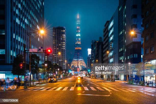 tokyo tower with street nightlife - tóquio - fotografias e filmes do acervo