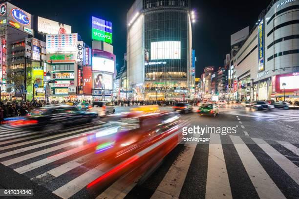 tráfego de tóquio zoom através de shibuya crossing néon noite paisagem urbana japão - distrito de shibuya - fotografias e filmes do acervo