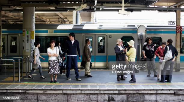 bahnhof tokyo train station - u bahnsteig stock-fotos und bilder