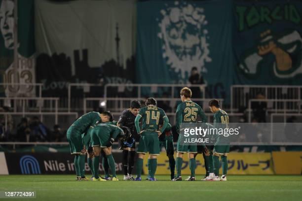 Tokyo Verdy players huddle during the J.League Meiji Yasuda J2 match between Tokyo Verdy and Avispa Fukuoka at Ajinomoto Field Nishigaoka on November...