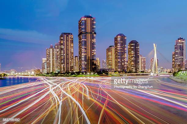 tokyo waterfront skyline over tsukishima residential area and sumida river in tokyo, japan at night. - televisão de alta definição - fotografias e filmes do acervo