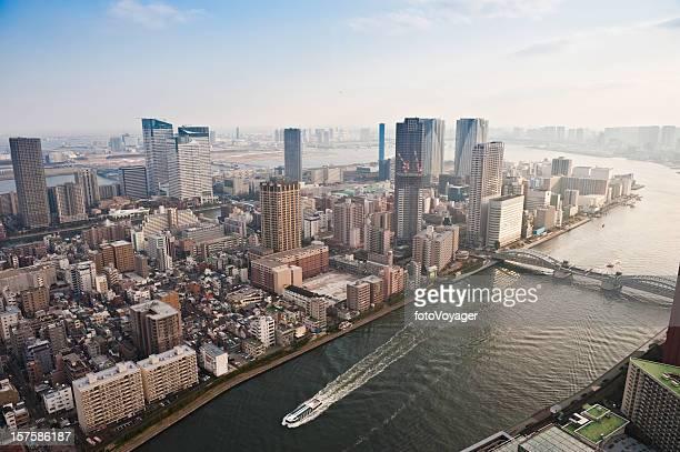 東京のウォーターフロントタワーの隅田川ブリッジズ空から見た湾日本の街並み - 打ち寄せる波 ストックフォトと画像