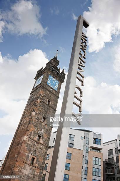 tolbooth steeple and merchant city district sign, glasgow - theasis stockfoto's en -beelden