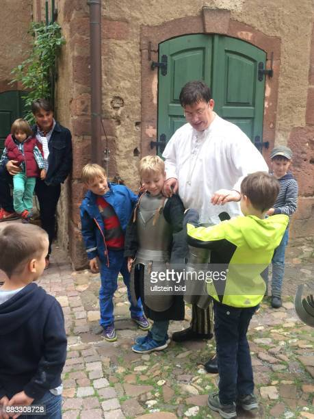 Tolle Erlebnisfuehrung 'Der Weg zum Ritter' auf Schloss Rochlitz wie Knaben bei Hofe von kleinauf auf ihre kuenftige Rolle vorbereitet wurden
