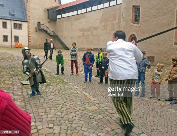 Tolle Erlebnisfuehrung 'Der Weg zum Ritter' auf Schloss Rochlitz wie Knaben bei Hofe von kleinauf auf ihre spaetere Rolle vorbereitet wurden