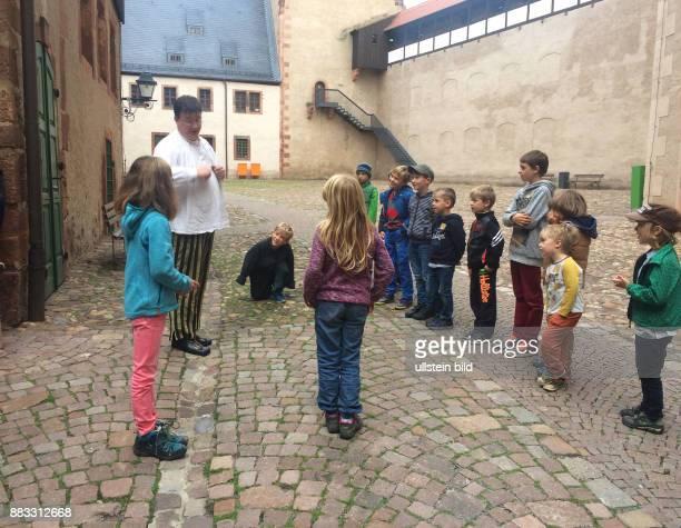 Tolle Erlebnisfuehrung 'Der Weg zum Ritter' auf Schloss Rochlitz wie Knaben und Maedchen bei Hofe von kleinauf auf ihre spaetere Rolle vorbereitet...