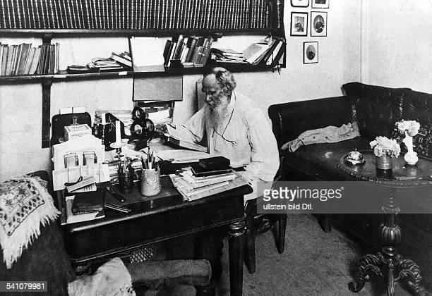 Tolstoi, Leo *09.09.1828-+Schriftsteller, Russland- in seinem Arbeitszimmer in Jasnaja Poljana- undatiert