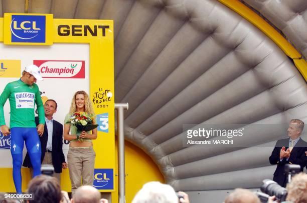 Tom Boonen recoit le maillot Vert Il est applaudit par le prince Philippe de Belgique