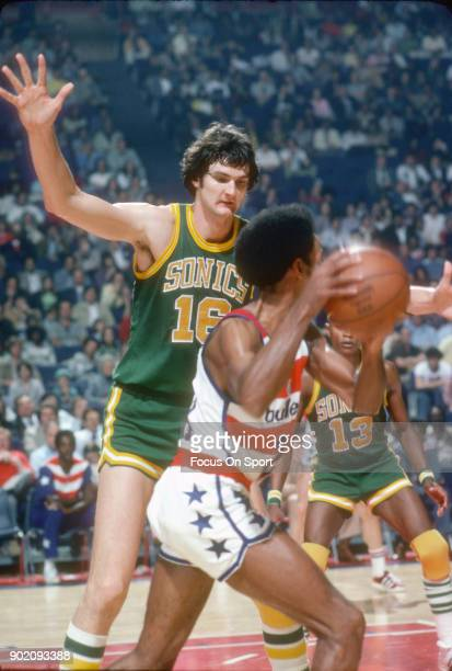 Tom Burleson of the Seattle Supersonics closely guards Dave Bing of the Washington Bullets during an NBA basketball game circa 1975 at the Capital...