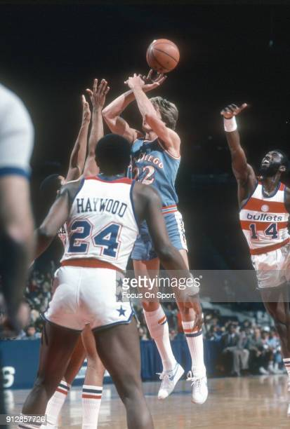 Tom Chambers of the San Diego Clippers shoots against the Washington Bullets during an NBA basketball game circa 1982 at the Capital Centre in...