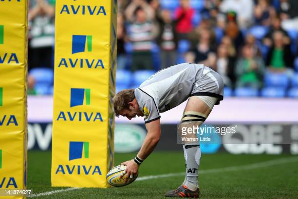 Tom Croft of Leicester Tigers scores a try during the Aviva Premiership match between London Irish and Leicester Tigers at Madejski Stadium on March...