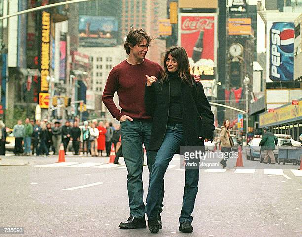 Tom Cruise and Penelope Cruz film a scene of their new movie Vanilla Sky in New York's Times Square November 12 2000 Thousands of fans watch the...
