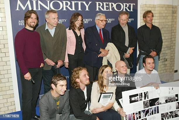 Tom Cruise Steven Spielberg Die Gewinner Des Wettbewerbs Visionen 2054 Und Die Jury Bei Pk Zu 'Minority Report' Am 260902 In Berlin