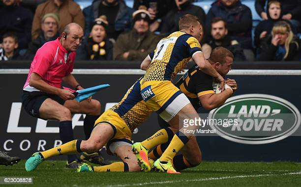 Tom Cruse of Wasps dives in to score their first try during the AngloWelsh Cup match between Wasps and Worcester Rugbyat The Ricoh Arena on November...
