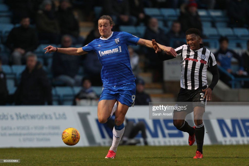 Tom Eaves of Gillingham (L) evades a challenge from Kgosi Ntlhe of Rochdale (R) during the Sky Bet League One match between Gillingham and Rochdale at Priestfield Stadium on January 13, 2018 in Gillingham, England. (Photo by Sarah Ansell/Getty Images).
