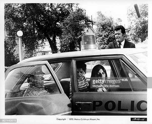 Tom Ewell Ann Rutherford Katharine Ross and James Garner leave in a squad car in a scene from the MGM movie They Only Kill Their Masters circa 1972