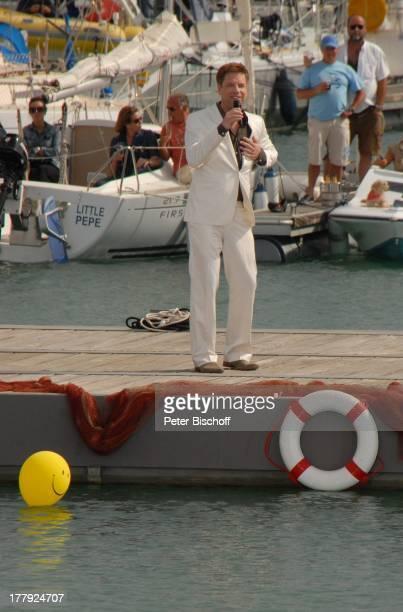 Tom Gäbel dahinter Touristen auf Segelboot Motorboot ZDFShow Die Frühlingsshow Marina Rubic—n Playa Blanca Insel Lanzarote Kanarische Insel Kanaren...