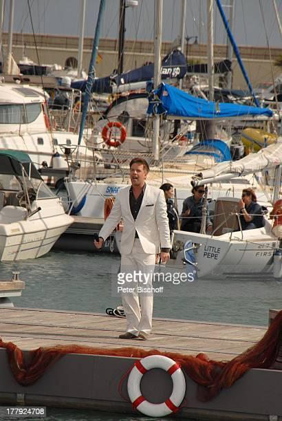 Tom Gäbel dahinter Touristen auf Segelboot ZDFShow Die Frühlingsshow Marina Rubic—n Playa Blanca Insel Lanzarote Kanarische Insel Kanaren Spanien...