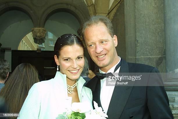 Tom Gerhardt Ehefrau Katharina Beissel Hochzeit Köln Rathaus Heirat heiraten Smoking Brautkleid Hochzeitskleid Braut Bräutigam Fliege Brautpaar Frau...