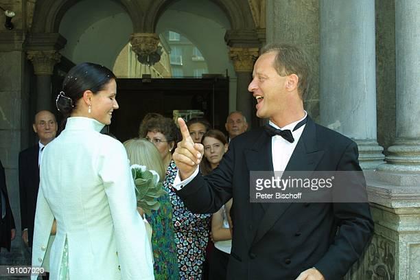 Tom Gerhardt Ehefrau Katharina Beissel Hochzeit Köln Rathaus Heirat heiraten Smoking Brautkleid Hochzeitskleid Braut Bräutigam Brautstrauß Blumen...