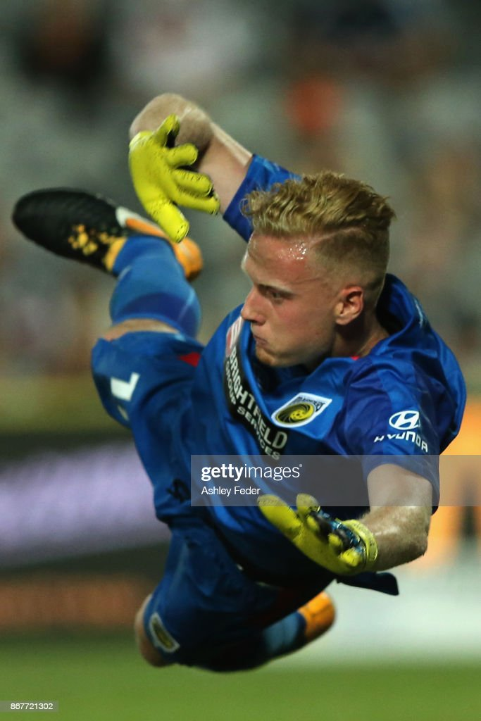 Tom Glover of the Mariners in action during the round four A-League match between the Central Coast Mariners and the Melbourne Victory at Central Coast Stadium on October 29, 2017 in Gosford, Australia.