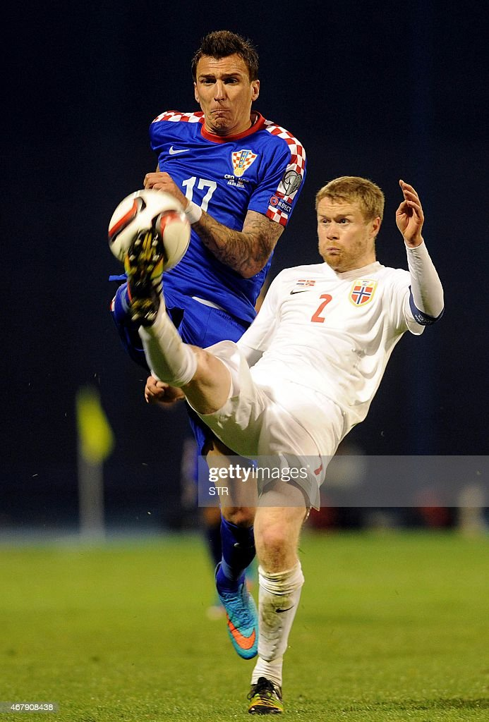 Tom Hogli (L) of Norway vies with Mario Mandzukic(R) of Croatia during the Euro 2016 qualifying football match between Croatia and Norway at the Maksimir stadium in Zagreb on March 28, 2015.