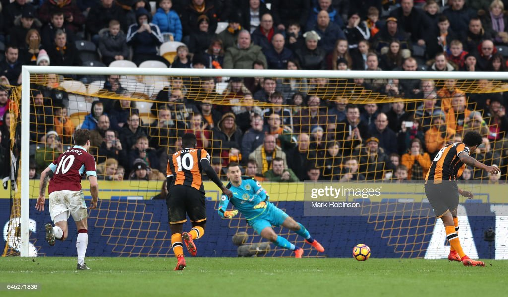 Tom Huddlestone of Hull City (R) scores his sides first goal past Thomas Heaton of Burnley (C) from the penalty spot during the Premier League match between Hull City and Burnley at KCOM Stadium on February 25, 2017 in Hull, England.