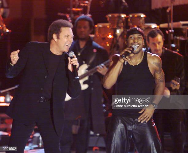 Tom Jones performs with D'Angelo at the VH1 Superstar Special 'Men Strike Back' at the Theater at Madison Square Garden in New York 4/11/00 The show...