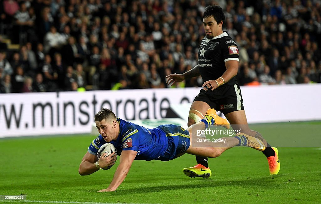 Tom Lineman of Warrington scores the match winning try during the First Utility Super League match between Hull FC and Warrington Wolves at KCOM Stadium on September 23, 2016 in Hull, England.
