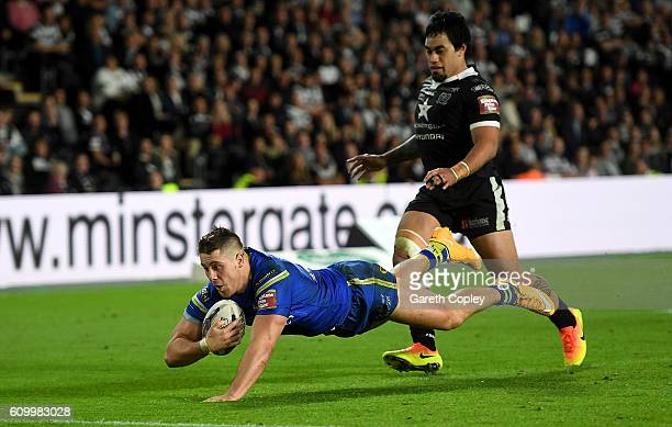 Tom Lineman of Warrington scores the match winning try during the First Utility Super League match between Hull FC and Warrington Wolves at KCOM...