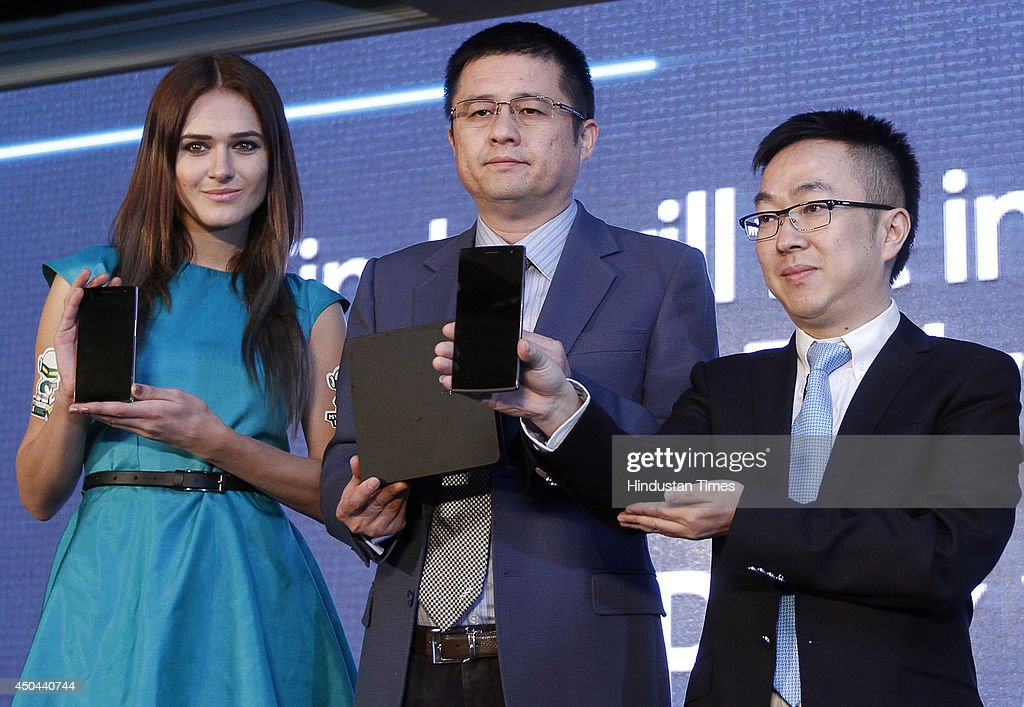 Tom Lu (2 L) CEO, Oppo Mobile India and Steven Shi Feng (R ) , General Manager of Oppo Mobile India launching the OPPO Find 7 Smartphone during a press conference on June 11, 2014 in New Delhi, India. The phone will be available in two variants, Find 7 for Rs. 37990 and Find 7A for Rs.31990, and will be available in the market next month.