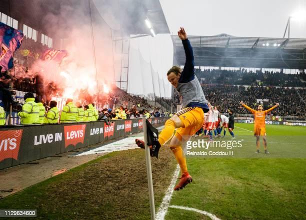Tom Mickel of Hamburger SV celebrates the victory after the Second Bundesliga match between FC St Pauli and Hamburger SV at Millerntor Stadium on...