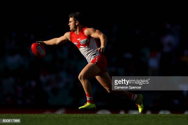 Tom Papley of the Swans runs the ball during the round 21 AFL match between the Sydney Swans and the Fremantle Dockers at Sydney Cricket Ground on...