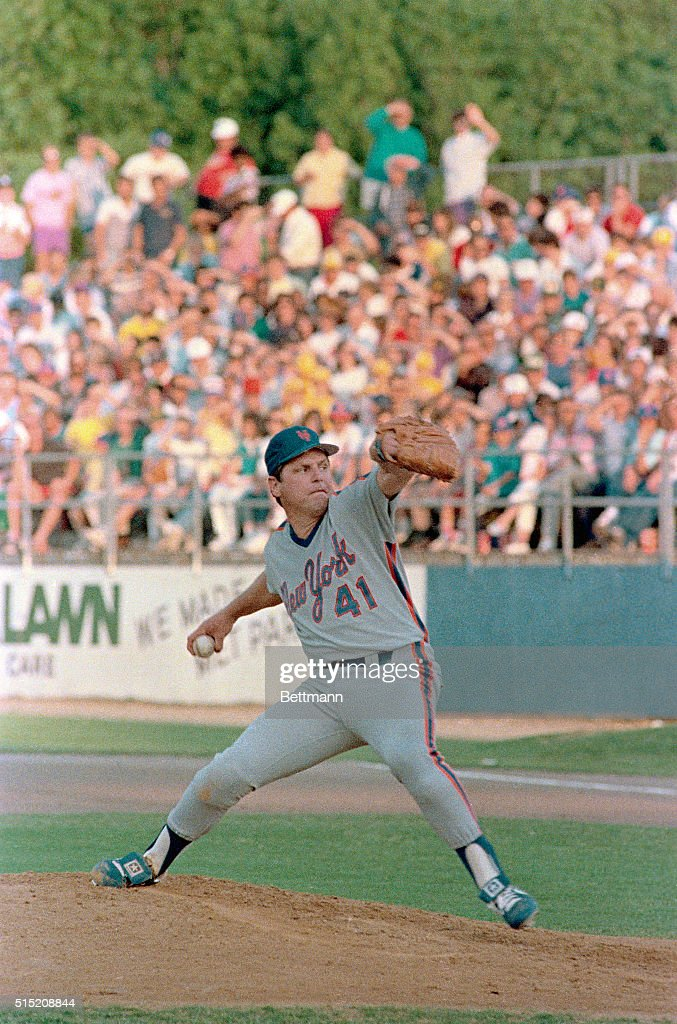 Tom Seaver Pitching : News Photo
