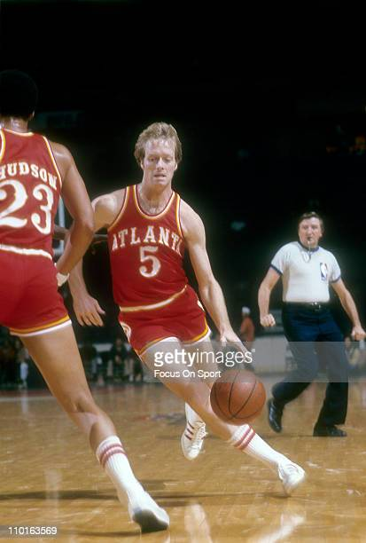Tom Van Arsdale of the Atlanta Hawks drives against the Washington Bullets during an NBA basketball game circa 1975 at the Capital Centre in...