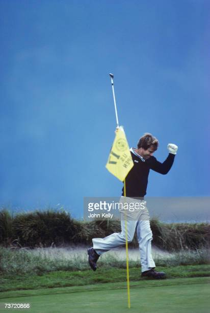 Tom Watson celebrates after sinking his chip shot for birdie on the 17th to take a one stroke lead over Jack Nicklaus during his 1982 US Open...