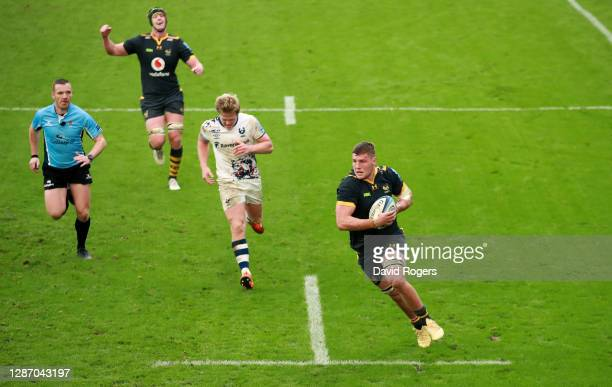Tom Willis of Wasps breaks clear to score the match winning try during the Gallagher Premiership Rugby match between Wasps and Bristol at Ricoh Arena...