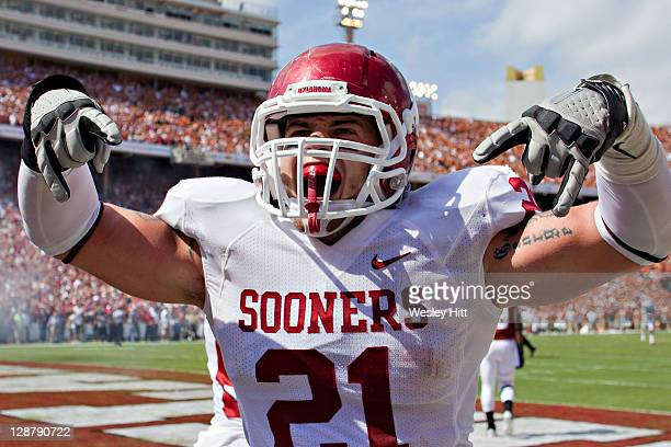 Tom Wort of the Oklahoma Sooners celebrates after a touchdown against the Texas Longhorns at the Cotton Bowl on October 8, 2011 in Dallas, Texas. The...