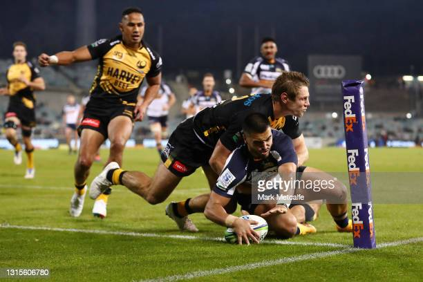 Tom Wright of the Brumbies scores a try during the Super RugbyAU Semi Final match between the ACT Brumbies and the Western Force at GIO Stadium, on...