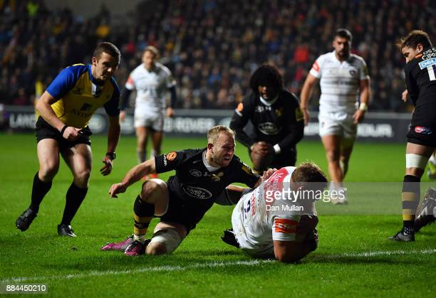 Tom Youngs of Leicester Tigers goes over to score his side's first try during the Aviva Premiership match between Wasps and Leicester Tigers at The...