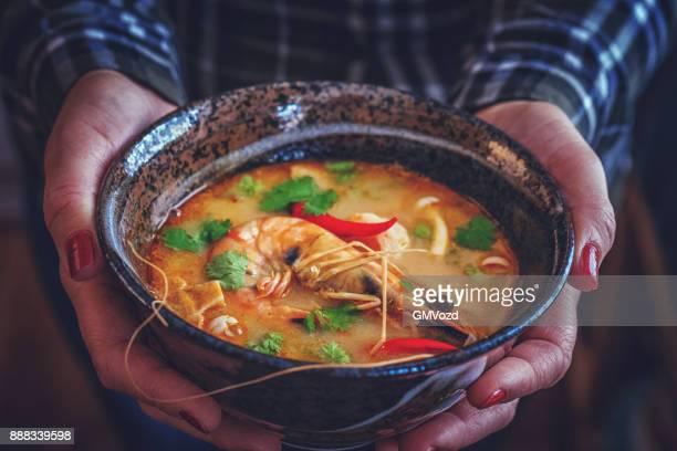 Tom Yum Goong Nam Kon Thai-Suppe mit Garnelen, Enoki-Pilze und frischem Chili