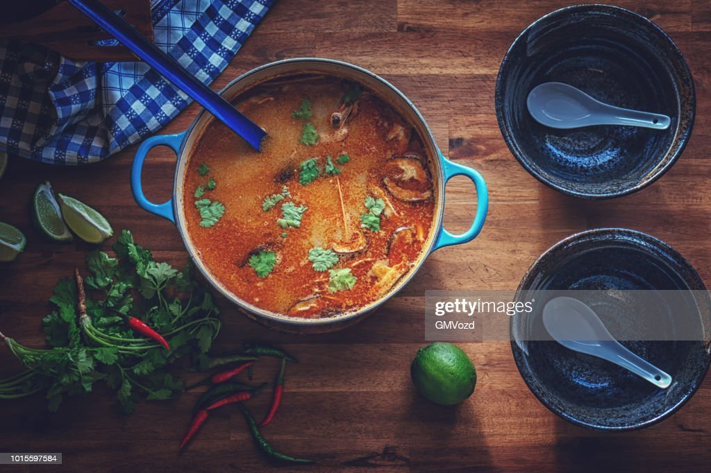 Tom Yum Thai-Suppe mit Garnelen, Enoki-Pilze und frischem Chili : Stock-Foto