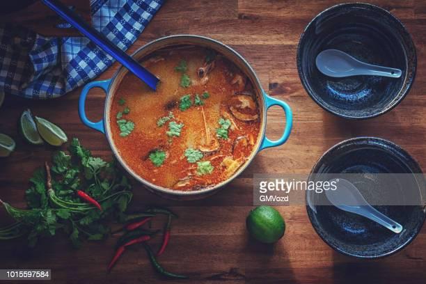 Tom Yum Thai-Suppe mit Garnelen, Enoki-Pilze und frischem Chili
